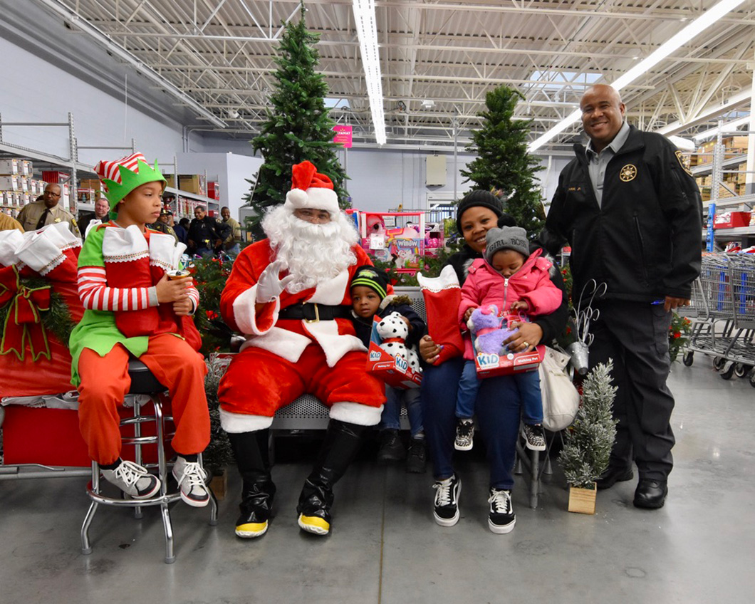 cops-in-the-community-2-cops-and-kids-santa-7
